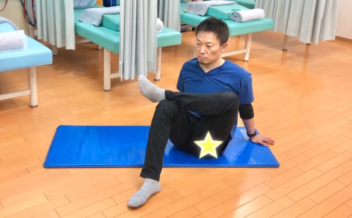 腰痛予防ストレッチ殿筋ストレッチ座位